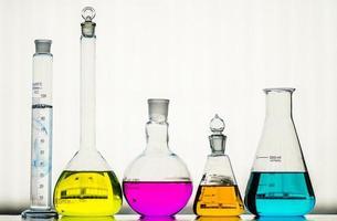 laboratoriumglaswerk met vloeistoffen van verschillende kleuren foto