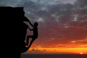 teamwork paar wandelen helpen elkaar vertrouwen bijstand silhouet foto