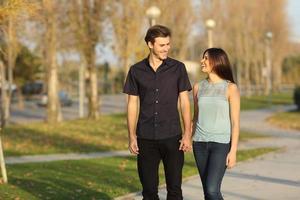 paar een wandeling in een park foto