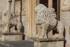 leeuwen standbeeld foto