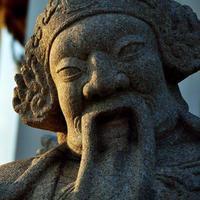standbeeld in sutat tempel foto
