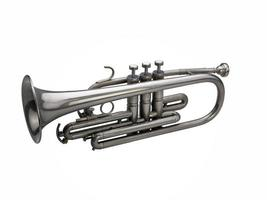 zilveren trompet die op witte achtergrond wordt geïsoleerd foto