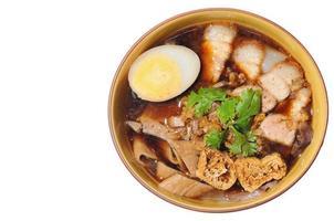 knapperige varkenssoep met noodle geïsoleerd, Chinees eten menu foto