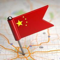 China kleine vlag op de achtergrond van een kaart. foto