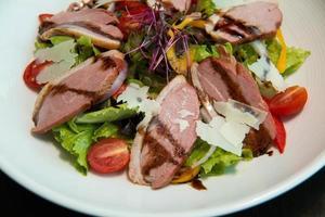salade met rucola en eendenborst. foto