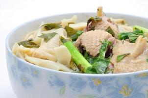 bun mang vit of rijst vermicelli bamboescheuten en eend foto