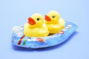badeendjes op opblaasboot foto