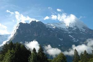 Ridge en Eiger piek in de wolken in de buurt van Grindelwald in Zwitserland foto