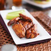 plaat van BBQ-kippenvleugels