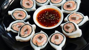 gevulde inktvis met zeevruchten zen fusion food foto