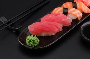 premium kwaliteit sushi rolt op zwarte achtergrond