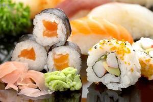 sushi op zwarte schotel
