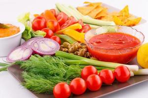 groenten, olijven, nacho's, rode kaas en saus