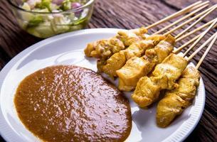 saté van varkensvlees, traditionele Thaise barbecue geroosterd varkensvlees foto