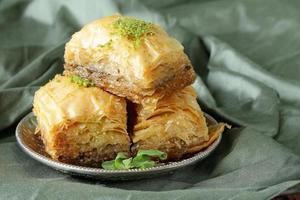 Turkse Arabische dessertbaklava met honing en noten foto