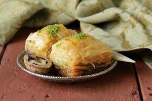 Turkse Arabische dessertbaklava met honing en noten