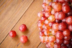 rode druif op houten tafel foto