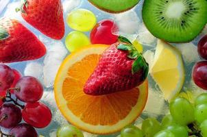 sappige vruchten op ijs foto
