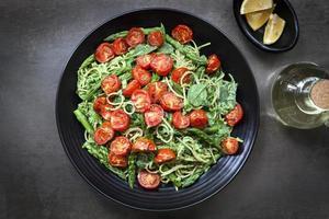 spaghetti met geroosterde tomaten en aspergepesto foto