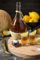 tequila met een citroen en zout