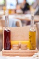 gekleurde alcoholische drank wordt gepresenteerd in restaurant foto
