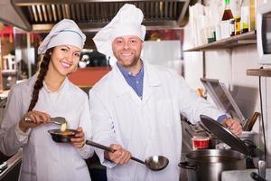 koks begroeten klanten in bistro foto