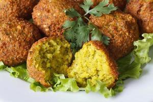 macro falafel met sla en koriander foto