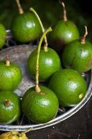 hele bal avocado's op een metalen plaat foto