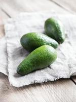 avocado op de houten tafel foto