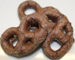 met chocolade beklede pretzels. foto
