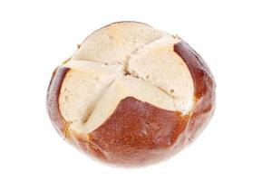 pretzelbroodje dat op wit wordt geïsoleerd foto