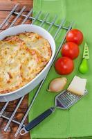 lasagne bolognese in een ovenschaal foto