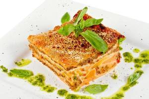 close-up van lasagne en basilicum vork foto