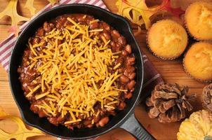 chili met kaas in een gietijzeren koekenpan foto