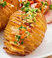 gebakken aardappel met kaas en boter foto
