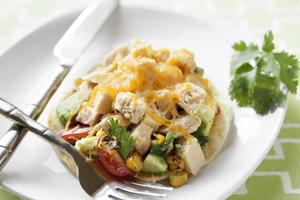 tostadas met geroosterde maïs en kip foto