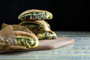 Spinazie gistdeeg strudel Zwitserse snijbietbroodjes foto