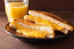 zelfgemaakte gegrilde kaas sandwich voor het ontbijt foto
