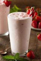 verfrissende zelfgemaakte aardbeienmilkshake foto