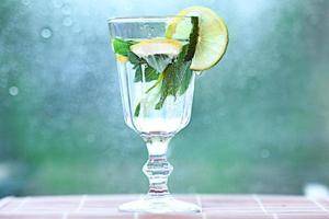 zelfgemaakte limonade, citroen, muntijs in een glas