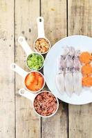rauwe inktvis, wortel en varkensvlees, bereiden om te koken. foto