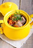 vlees en wortelstoofpot foto