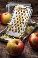 rijpe aromatische appels voor fruitsalade foto