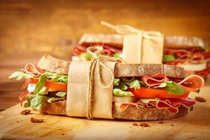 sandwiches met spek op vintage achtergrondgeluid foto