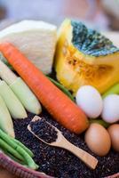 schoon voedsel, groenten set, op houten tafel