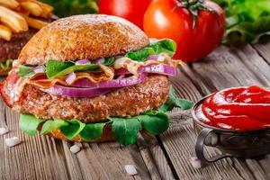 hamburger met spek close-up. foto