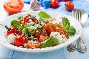 salade met tomaten, zure room en blauwe kaas foto