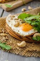 dorpsbrood, gebakken eieren foto