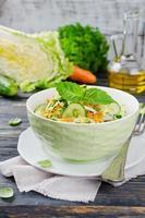 koolsalade met komkommer en wortelen foto