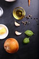 olijfolie en ingrediënt voor tomatensoep foto